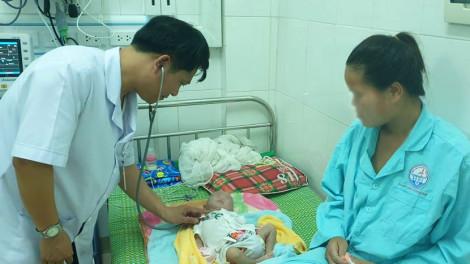 Bé sơ sinh nhập viện do người nhà lấy tro bếp bôi vào rốn