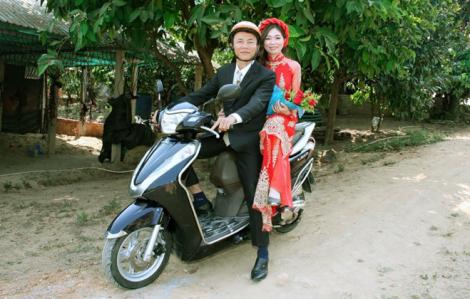 Huỷ tiệc cưới vào giờ chót, rước dâu bằng xe máy để phòng dịch