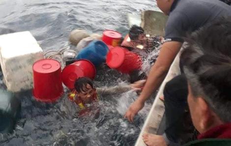 6 ngư dân thoát chết sau 6 giờ ôm can nhựa lênh đênh trên biển