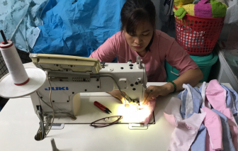 Vừa được hỗ trợ máy may để kiếm sống, người phụ nữ bị ung thư đã lo may khẩu trang tặng bà con