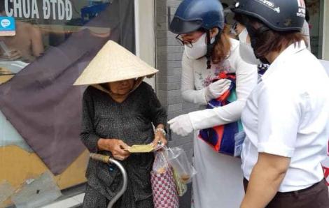Chị em tham gia may khẩu trang giúp Hội chống dịch