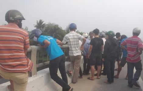 Bỏ xe trên cầu rồi đi nhậu, mọi người lặn tìm