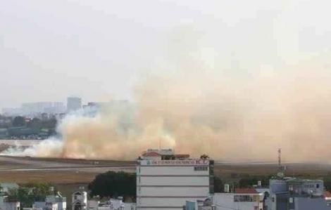 Máy bay nổ lốp lúc lăn bánh trên đường băng sân bay Tân Sơn Nhất
