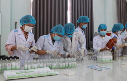 Trường đại học Buôn Ma Thuột pha chế hơn 4.500 lít dung dịch rửa tay sát khuẩn phòng COVID-19
