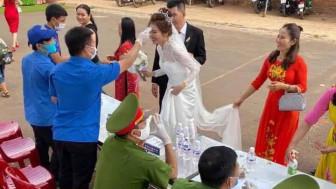 Đủ kiểu cưới tối giản thời COVID-19