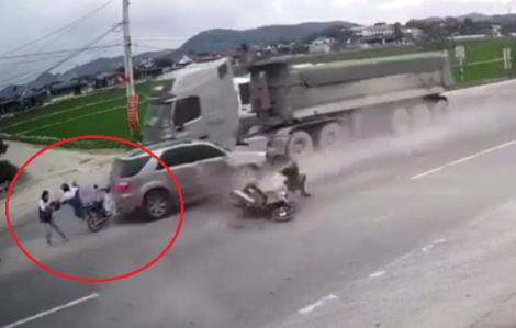"""3 người bị xe tải """"lùa"""" ô tô tông trúng khi đang chờ sang đường"""