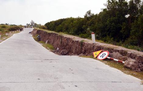 Cà Mau: Nguy cơ sụp lún trên 4.000m đê biển