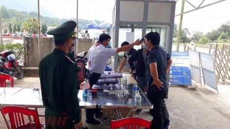 Người Việt ở Lào đua nhau về Việt Nam để được kiểm tra sức khỏe