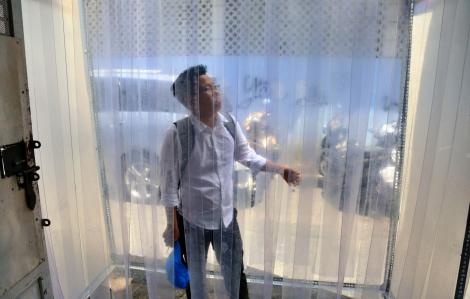 Quán cơm đầu tiên ở Sài Gòn trang bị buồng khử khuẩn toàn thân chống dịch COVID-19