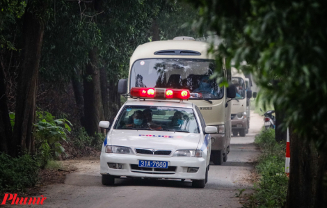 Cận cảnh đoàn xe đón người dân về khu cách ly mới ở Hà Nội