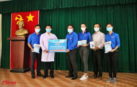 Hội Liên hiệp Thanh niên Việt Nam TPHCM tặng đồ bảo hộ, khẩu trang cho Bệnh viện dã chiến Củ Chi