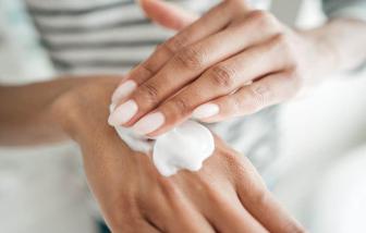 Chăm sóc da tay ra sao khi phải thường xuyên dùng nước khử trùng mùa dịch?