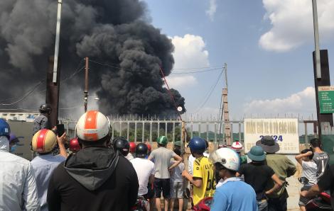 Bãi chứa lốp ô tô rộng 3.000m2 bốc cháy dữ dội
