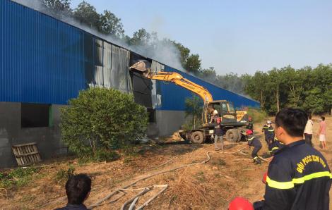 Cháy dữ dội tại 2 nhà xưởng rộng 4.000m2 ở Bình Dương