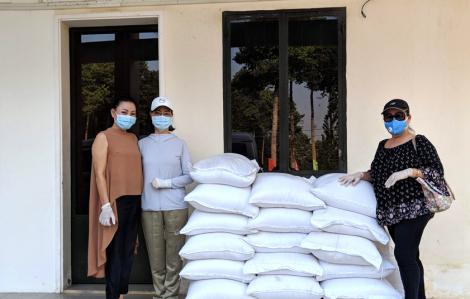 Câu lạc bộ Nữ nghệ sĩ và Chi bộ Ban Tuyên giáo hỗ trợ một tấn gạo cho khu cách ly Củ Chi