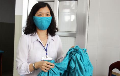 Nhân viên bệnh viện ở Cà Mau tự may khẩu trang vải sử dụng trong mùa dịch