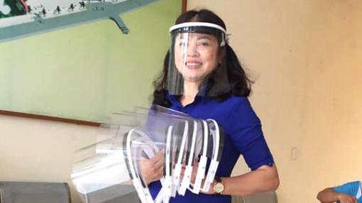 Giáo viên chế tạo hàng trăm kính chắn giọt bắn gửi lực lượng phòng chống dịch COVID-19