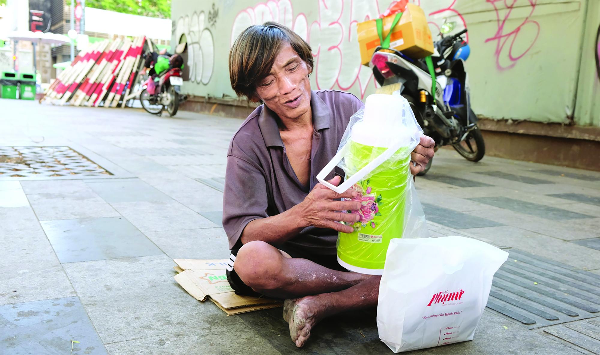 Nụ cười của ông Hùng khi nhận quà của độc giả Báo Phụ nữ TP.HCM trong mùa dịch