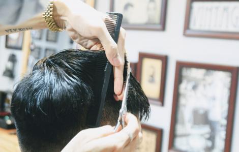 Tạm dừng kinh doanh, thợ tóc, thợ nail... phục vụ tận nhà bất chấp rủi ro