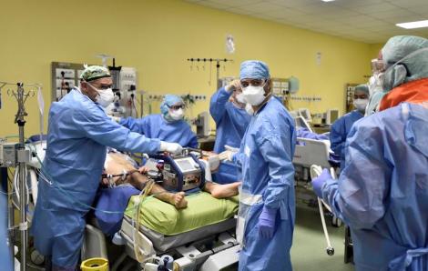 Bên trong bệnh viện điều trị COVID-19 ở Ý trông ra sao?
