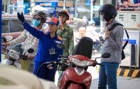 Giá xăng giảm xuống dưới 12.000 đồng/lít, thấp nhất trong 11 năm