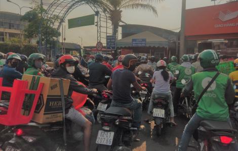 Hàng hóa ùn ùn đổ vào Bến xe Miền Đông sau quyết định hạn chế xe khách liên tỉnh