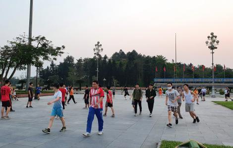 Hàng trăm người dân Nghệ An vẫn tụ tập vui chơi giữa mùa dịch bệnh
