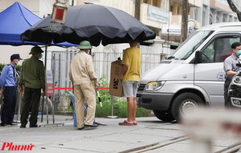 """Nhiều người phải mang đồ tiếp tế trở về do lệnh """"nội bất xuất, ngoại bất nhập"""" tại Bệnh viện Bạch Mai"""