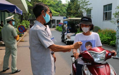 Cận cảnh ngày đầu tiên Bệnh viện Trung ương Huế siết chặt quản lý người ra vào