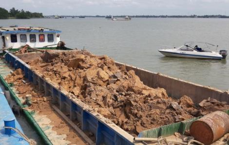 """Phát hiện một vụ khai thác đất sét trái phép """"khủng"""" trên sông Hậu"""
