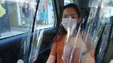 Tài xế taxi lắp màn chắn để ngăn tiếp xúc với khách