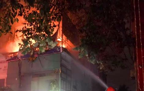 Tuyệt vọng khi chứng kiến nhà bị lửa thiêu rụi, người đàn ông leo lên mái nhà đòi tự tử