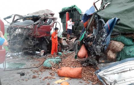 """Hai xe tải đấu đầu trên """"đường tử thần"""", 2 người tử vong trong cabin"""