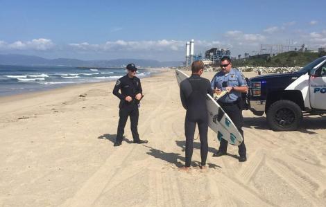 Người lướt sóng bị phạt 1.000 USD do phớt lờ lệnh đóng cửa bãi tắm vì COVID-19
