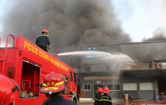 Kho hàng hơn 4.000m2 bất ngờ bốc cháy giữa trung tâm thành phố