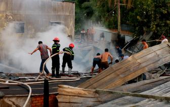 Chủ đi vắng, nhiều căn nhà trong hẻm sâu bị cháy rụi