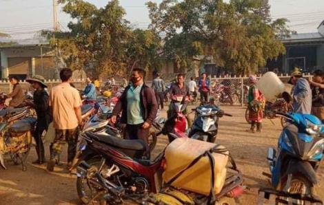 Đắk Lắk: Người dân đổ xô mua xăng dầu tích trữ vì tin đồn cây xăng đóng cửa