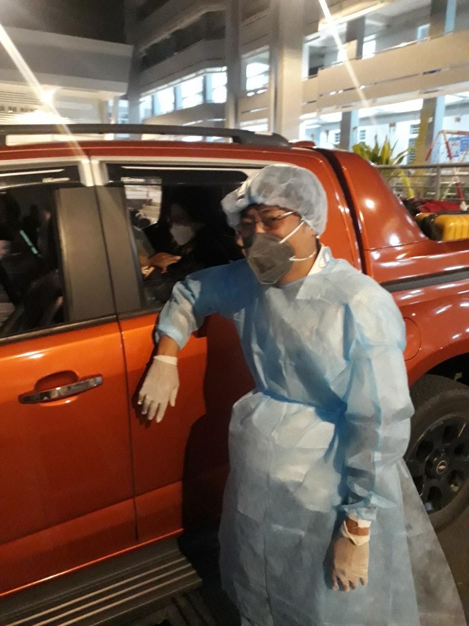 Ông Nguyễn Minh Trung bên chiếc xe mượn được vào giữa đêm, để đi đón một gia đình Hàn Quốc vừa đáp xuống sân bay Tân Sơn Nhất