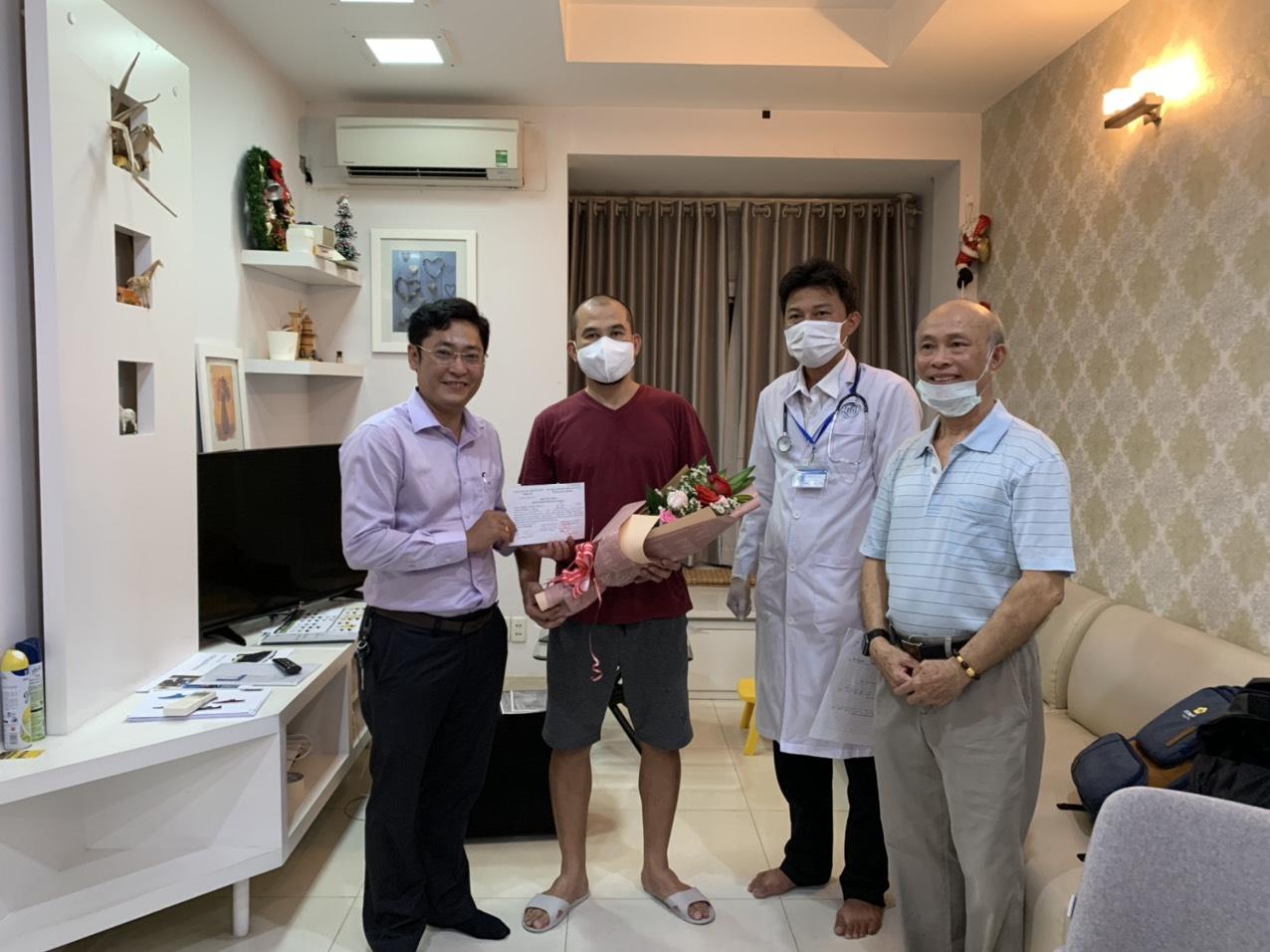 Ông Nguyễn Minh Trung trao chứng nhận đã hoàn tất thời gian cách ly cho một người dân
