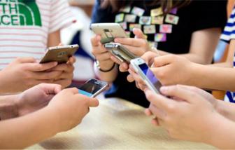 """""""Group chat"""" gia đình rộn ràng khi cách ly xã hội"""