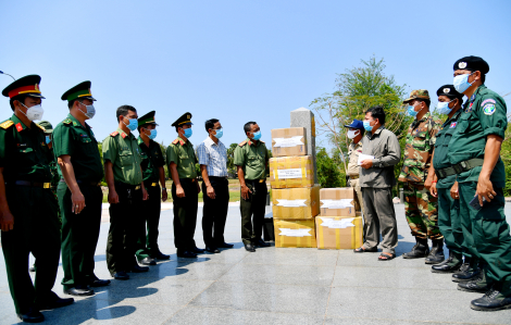 Hỗ trợ vật tư y tế cho lực lượng biên giới nước bạn Campuchia phòng chống dịch