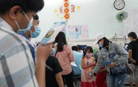 TPHCM tạm dừng tiêm vắc xin cho trẻ tại các trạm y tế để chống dịch COVID-19