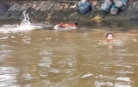 Trẻ em ngụp lặn ở ngã ba sông Phú Định giữa mùa dịch COVID-19