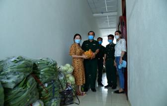 Gửi rau xanh ra biên giới tặng bộ đội biên phòng chống dịch COVID-19