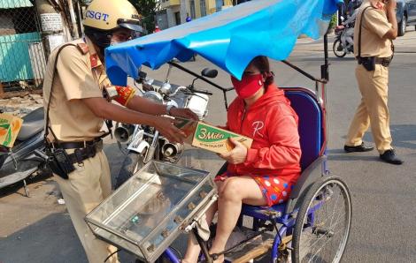 Cảnh sát giao thông TPHCM tặng quà giúp đỡ người nghèo