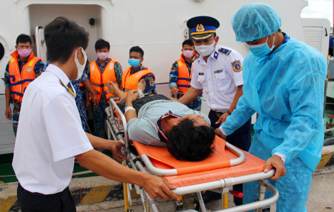 Cứu 5 ngư dân bị ngạt khí giữa biển Tây