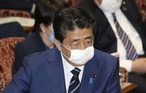 Nhật Bản phát khẩu trang vải cho dân chống dịch