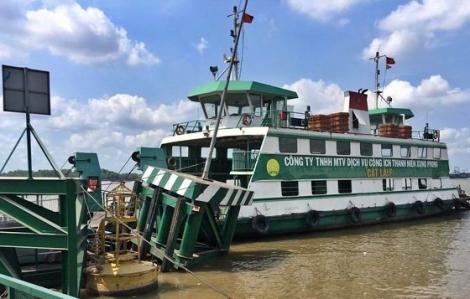 Tàu hàng chở gần 200 container đâm vào cầu phao phà Cát Lái