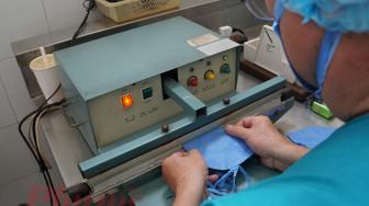 """Bác sĩ sản xuất 2.000 - 3.000 khẩu trang """"made in Thong Nhat hospital"""""""