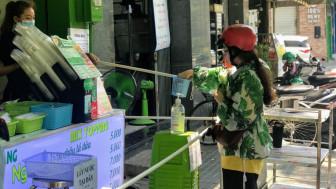 """Muôn kiểu mua, bán hàng """"không tiếp xúc"""" tại Sài Gòn"""